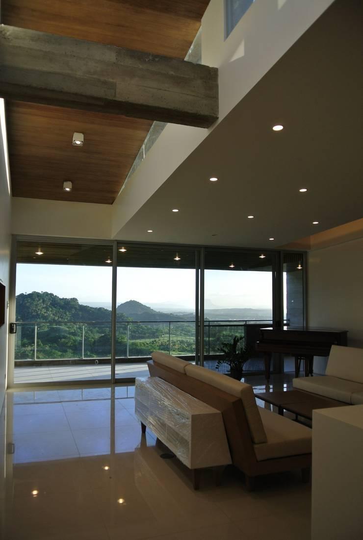 MV house:  Terrace by 8 x 8 Design Studio
