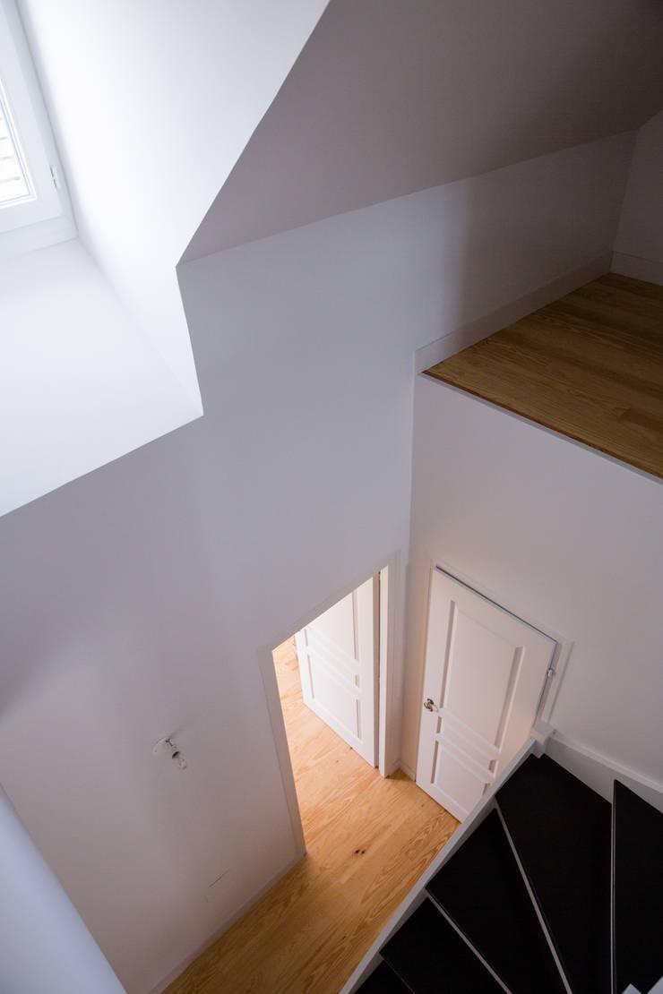 Une mezzanine inattendue: Couloir et hall d'entrée de style  par mllm