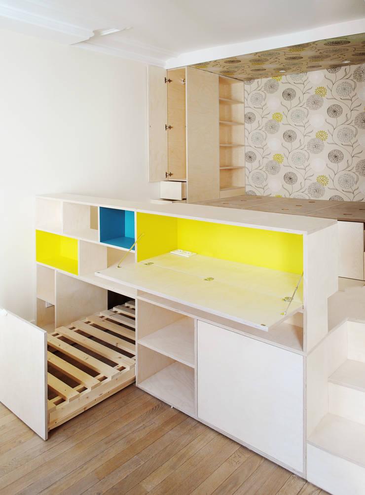 Studio Astucieux: Chambre de style  par Atelier UOA