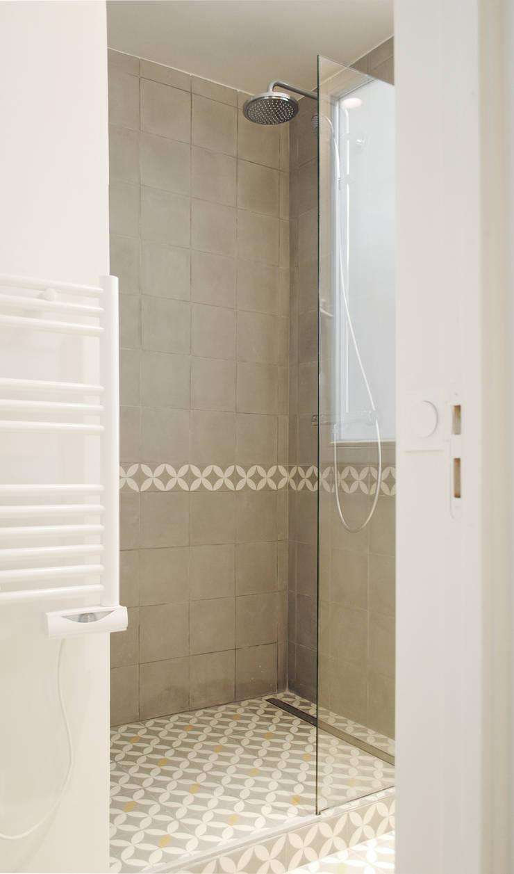 Studio Astucieux: Salle de bains de style  par Atelier UOA
