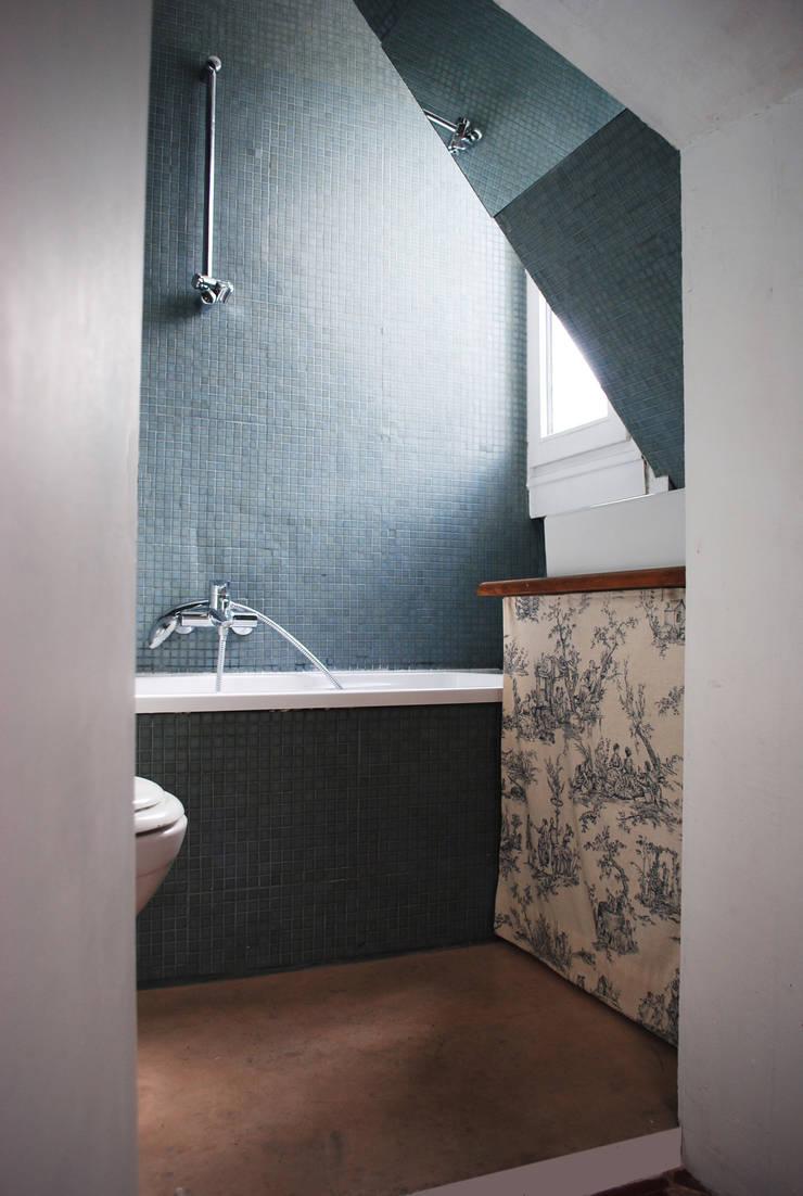 Combles à Paris: Salle de bains de style  par Atelier UOA