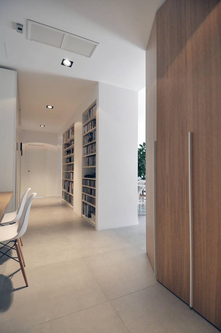 Vista del disimpegno: Case in stile  di Reggiani Davide Architetto, Scandinavo