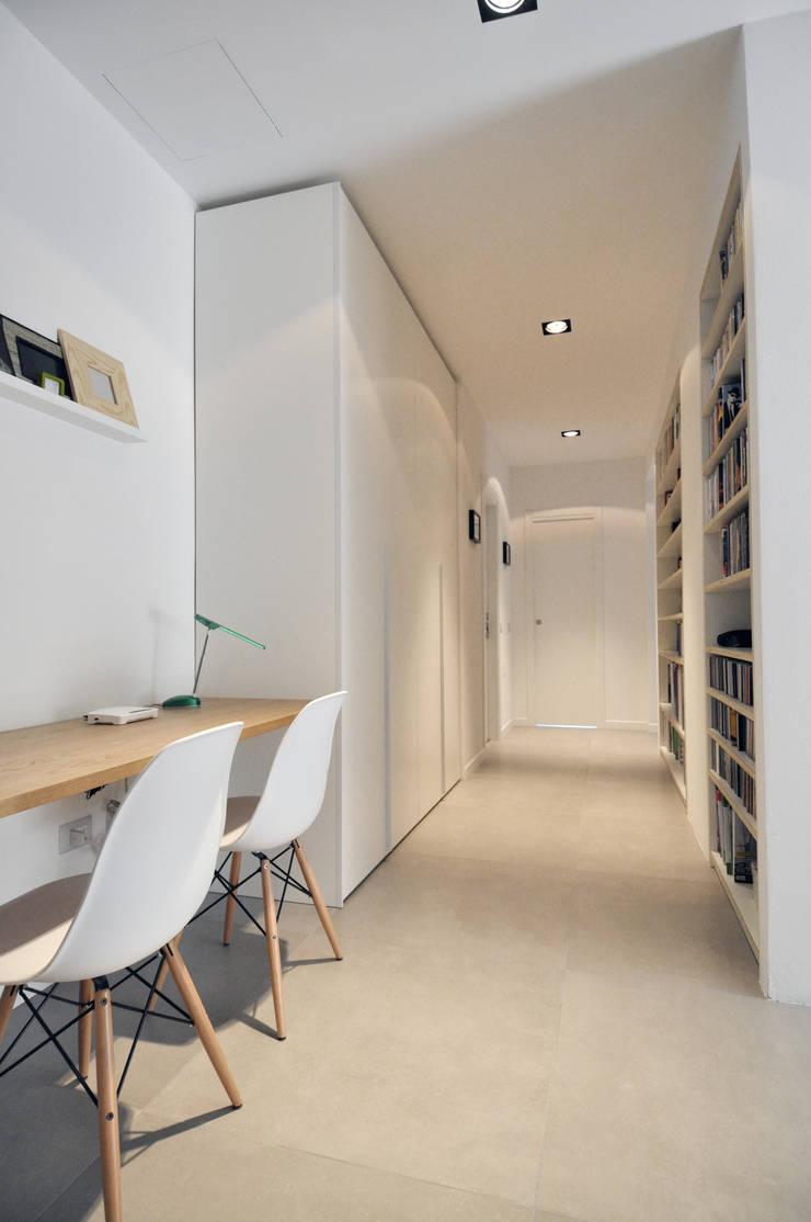 Vista del disimpegno/studio: Case in stile  di Reggiani Davide Architetto, Scandinavo