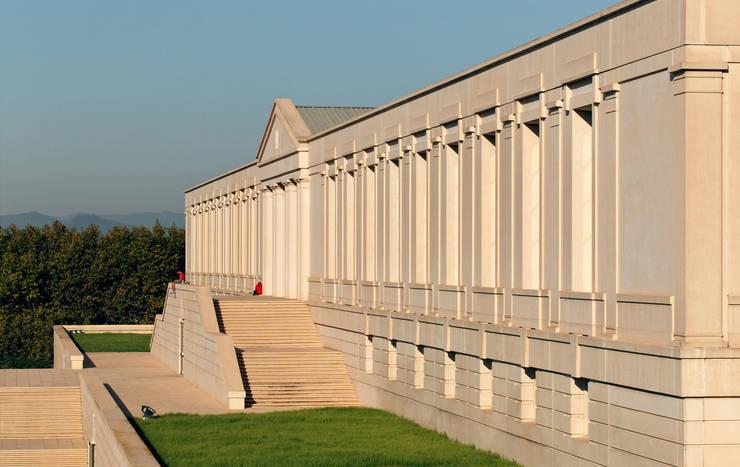 National Physical Education Institute of Catalonia:  de estilo  de Ricardo Bofill Taller de Arquitectura