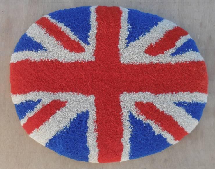 Petit Tapis Galet Coussin Union Jack 100% laine: Maison de style  par RECTANGLE D'OR
