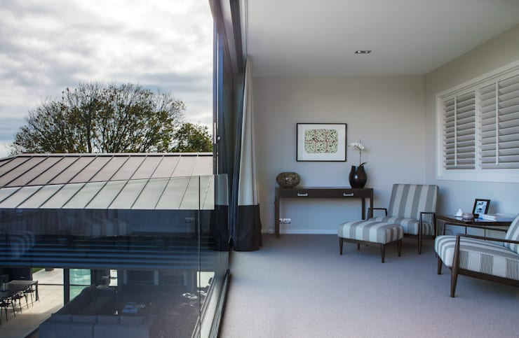 Godden Cres: modern Living room by Dorrington Atcheson Architects