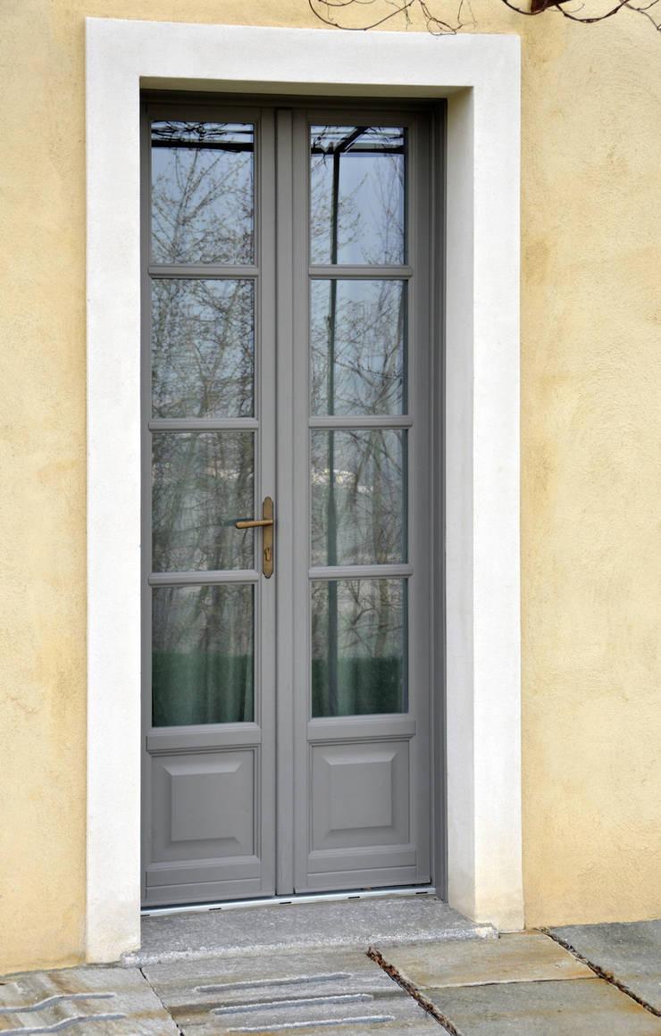Navello - Seta Eco : Finestre & Porte in stile  di Navello