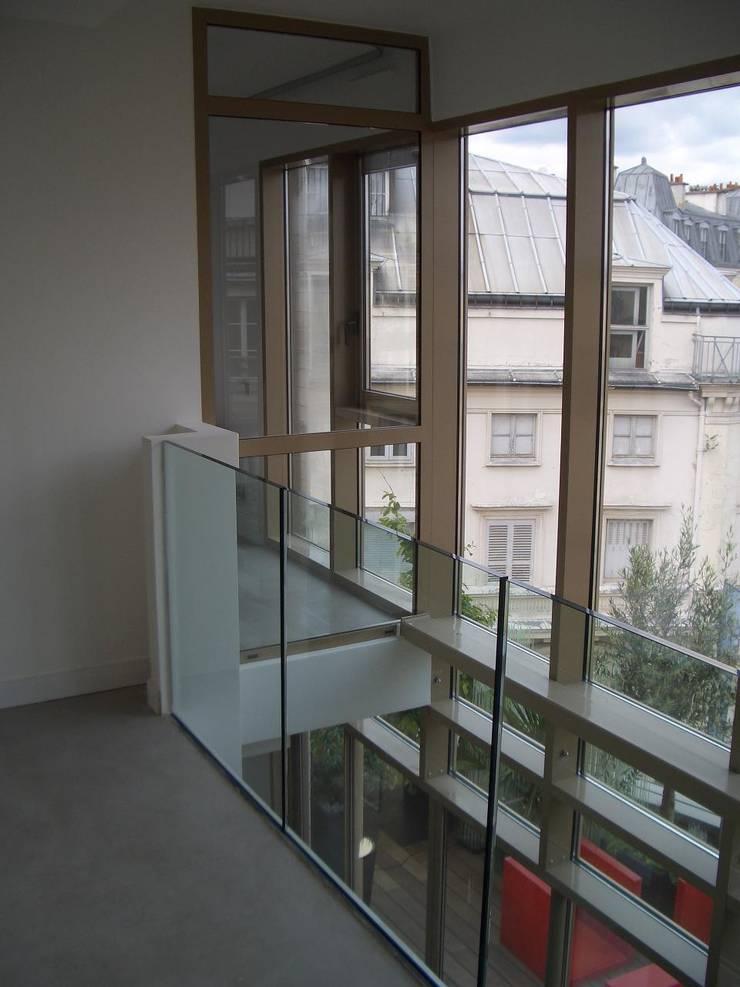 Loft : Couloir, entrée, escaliers de style  par Cetra Design