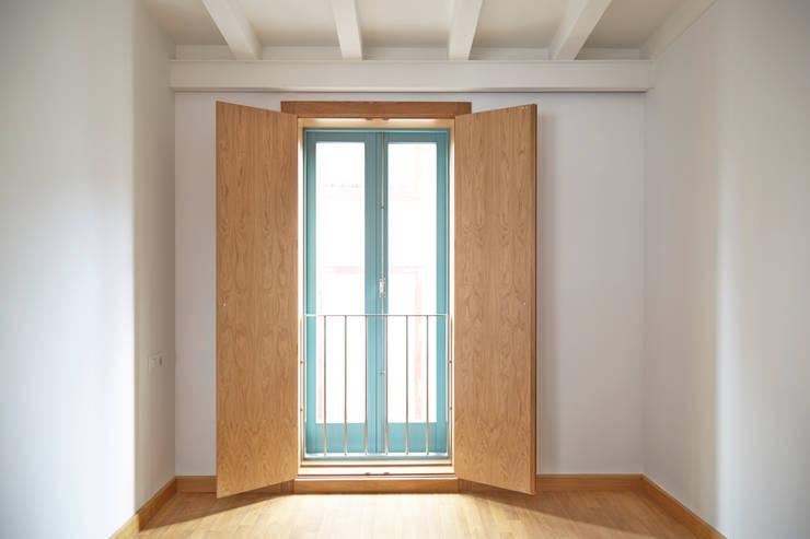 Rehabilitación y ampliación de edificio de viviendas en el Casco Vello. Vigo: Dormitorios de estilo  de Estudio de Arquitectura Sra.Farnsworth