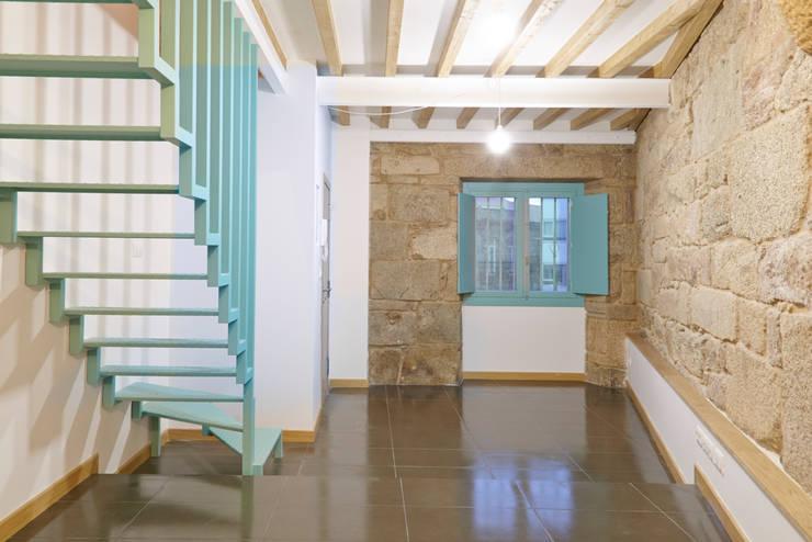 Rehabilitación y ampliación de edificio de viviendas en el Casco Vello. Vigo: Salones de estilo  de Estudio de Arquitectura Sra.Farnsworth