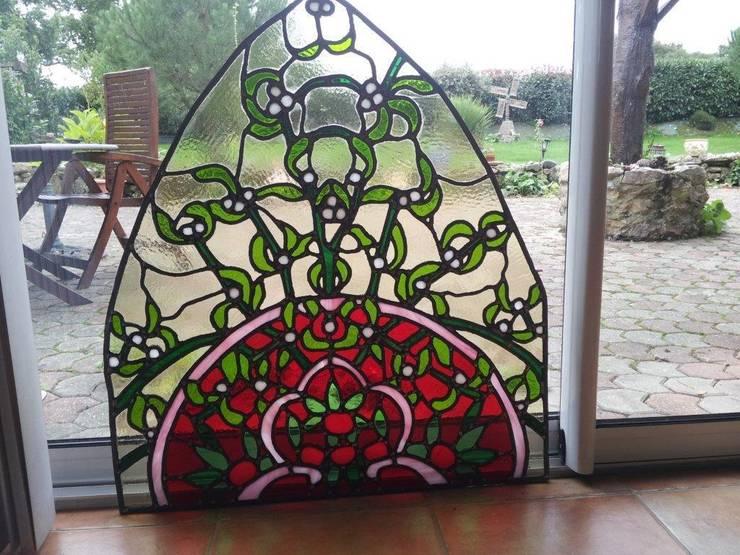 Du gui en vitrail: Maison de style  par Verre Curieux