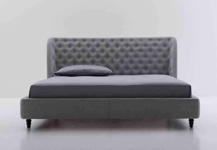 Chloe bed: Camera da letto in stile  di Nube Italia