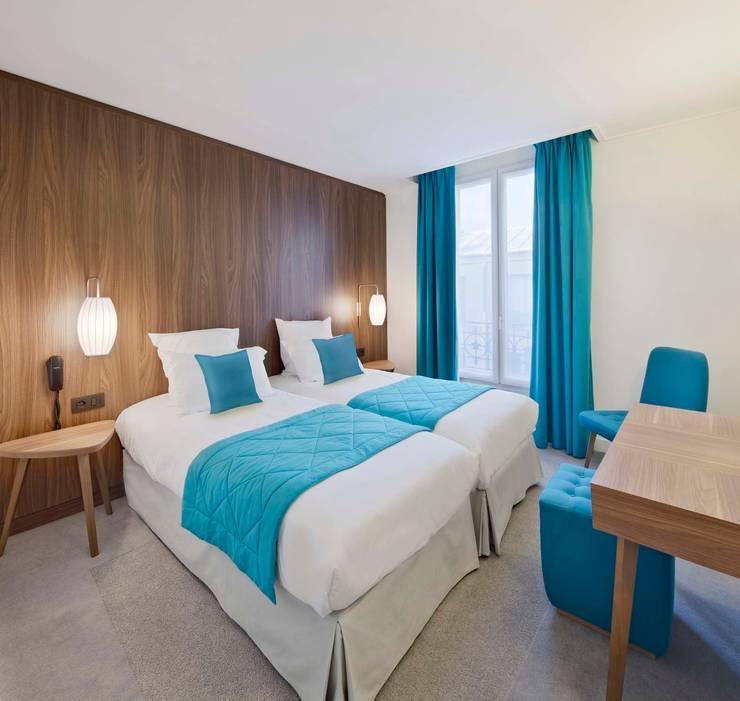 61 Paris Nation Hôtel - Chambre bleu Azur: Chambre de style  par Zsofia Varnagy Architecture d'Intérieur