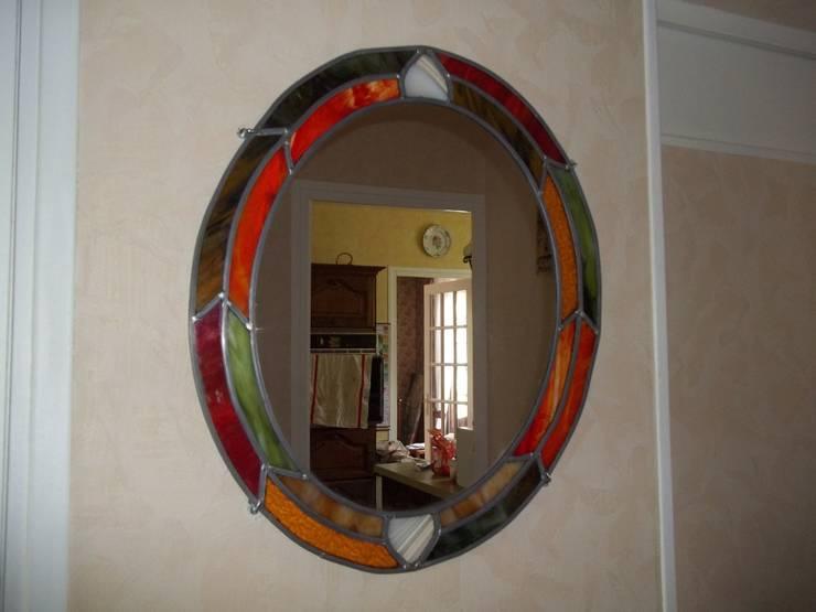 miroir en vitrail: Maison de style  par Verre Curieux