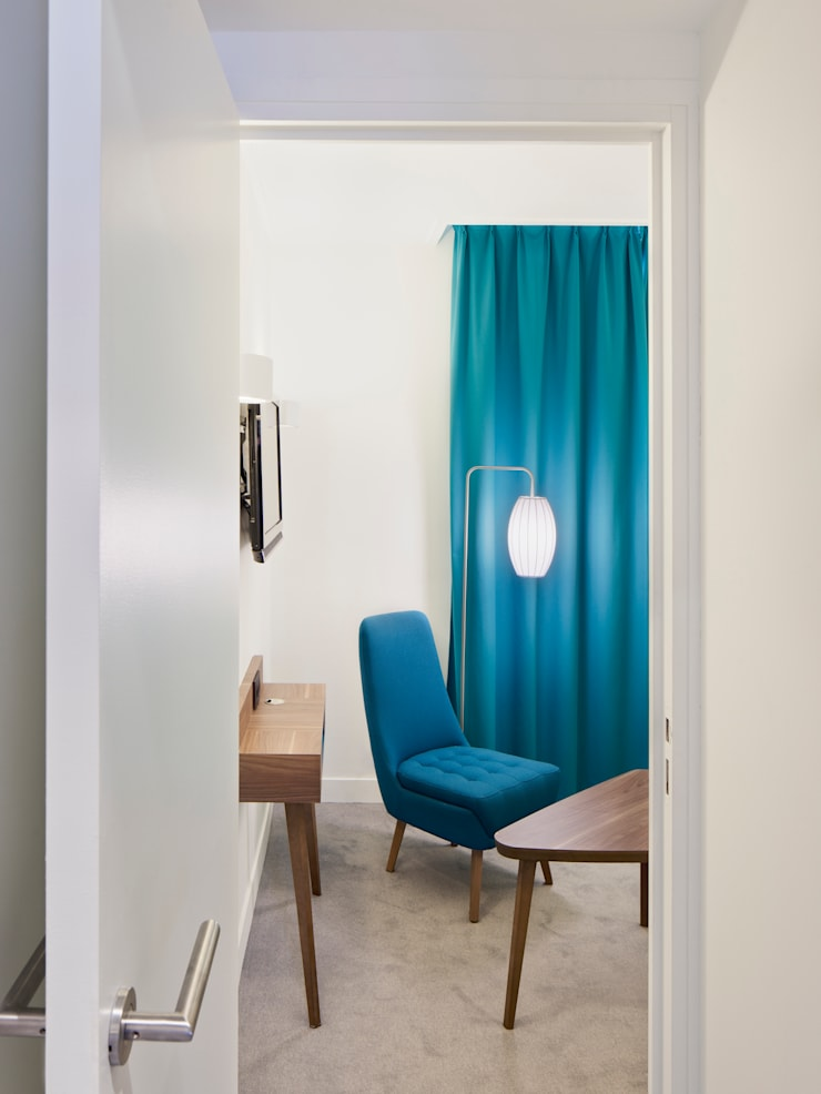 61 Paris Nation Hôtel - Suite bleu azur: Chambre de style  par Zsofia Varnagy Architecture d'Intérieur