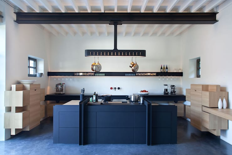 KITCHEN FOR CHATEAU DE LA RESLE:   door Studio Roderick Vos