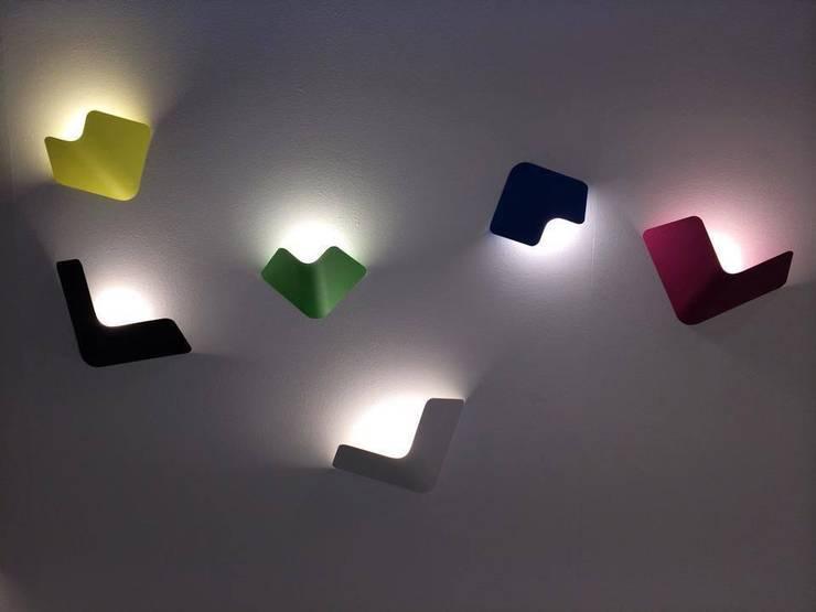 Fly wall lamp voor TossB : minimalistische Woonkamer door Peter van de Water