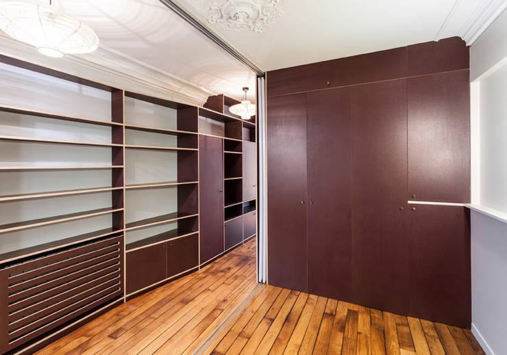 2P SUR MESURE // APPARTEMENT: Couloir et hall d'entrée de style  par apie architectes