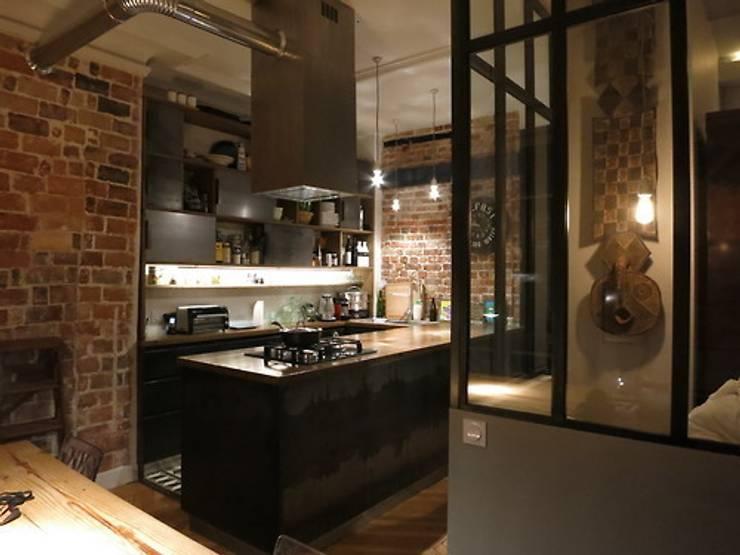 PARIS PARIS // APPARTEMENT: Cuisine de style  par apie architectes