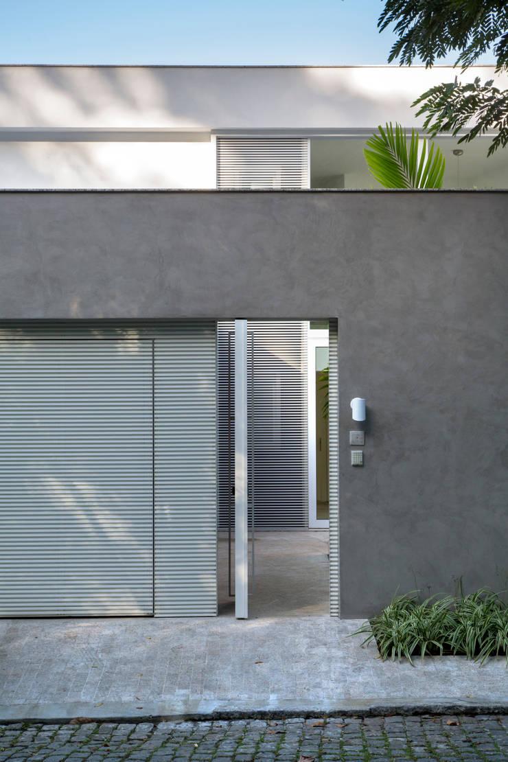 Mirante House: Janelas   por Gisele Taranto Arquitetura