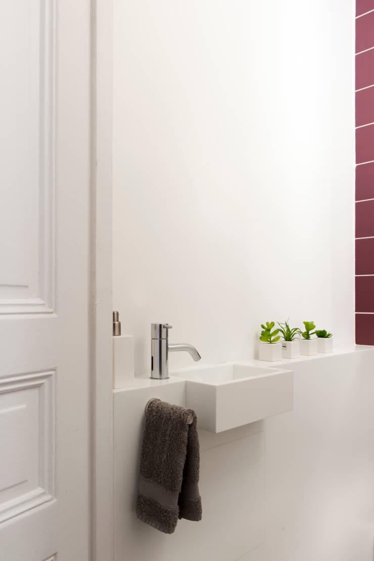 Tocqueville: Salle de bains de style  par HiCeBeNe