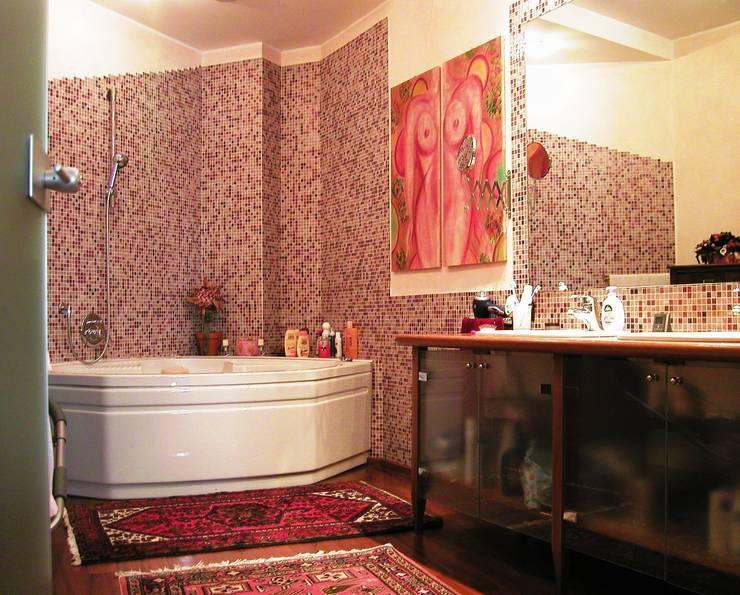 sala da bagno - particolare 2 -:  in stile  di Gianni Maria Giaccone
