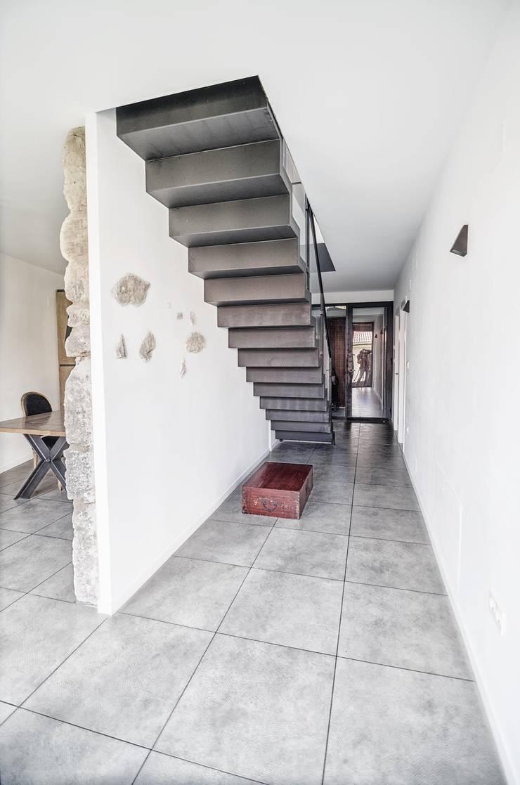 Vivienda unifamiliar en Wamba (Valladolid): Vestíbulos, pasillos y escaleras de estilo  de ADDEC arquitectos