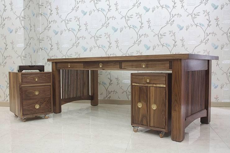 desk: 브라운스토리의  서재/사무실