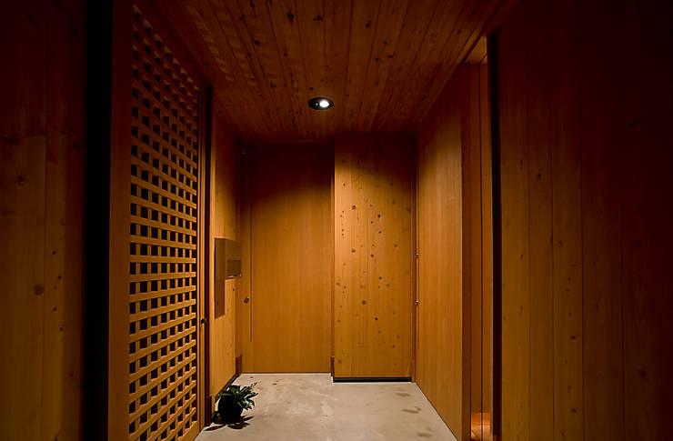 Salas de estilo ecléctico de 野口修アーキテクツアトリエ Ecléctico