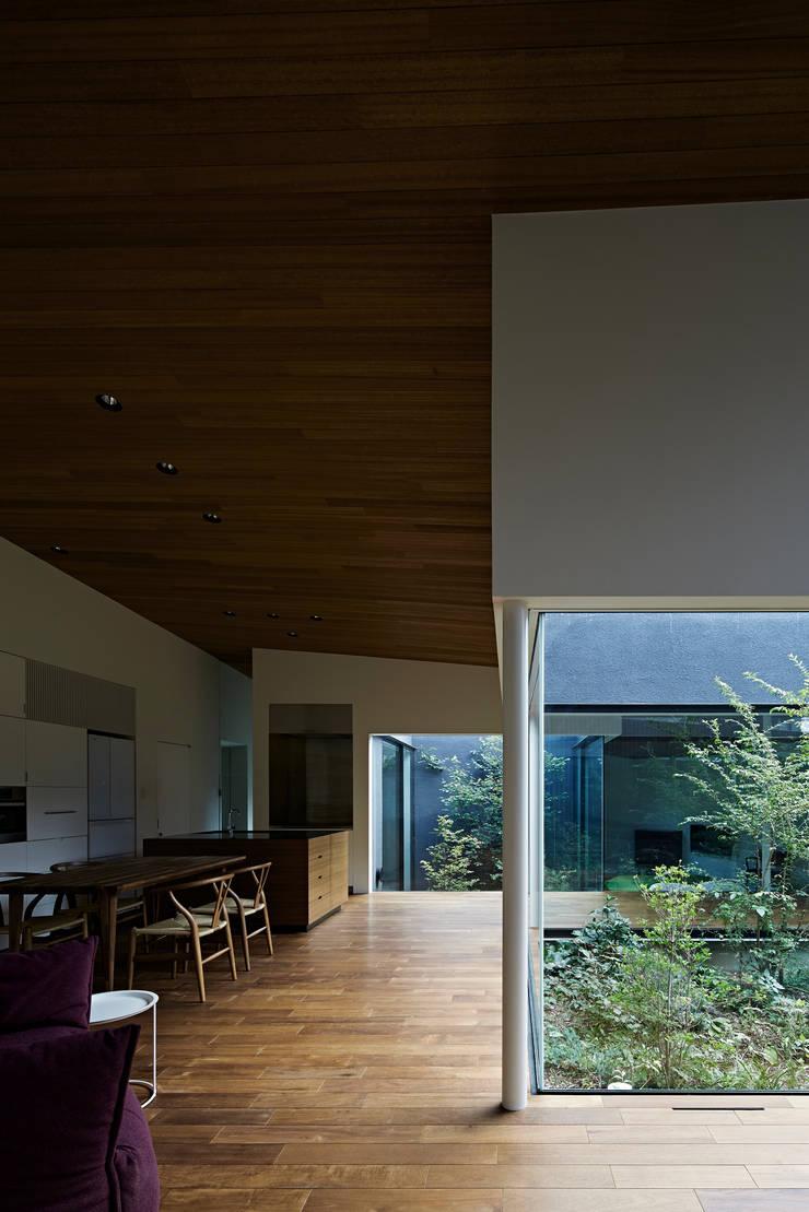 東村山の家: 石井秀樹建築設計事務所が手掛けたリビングです。