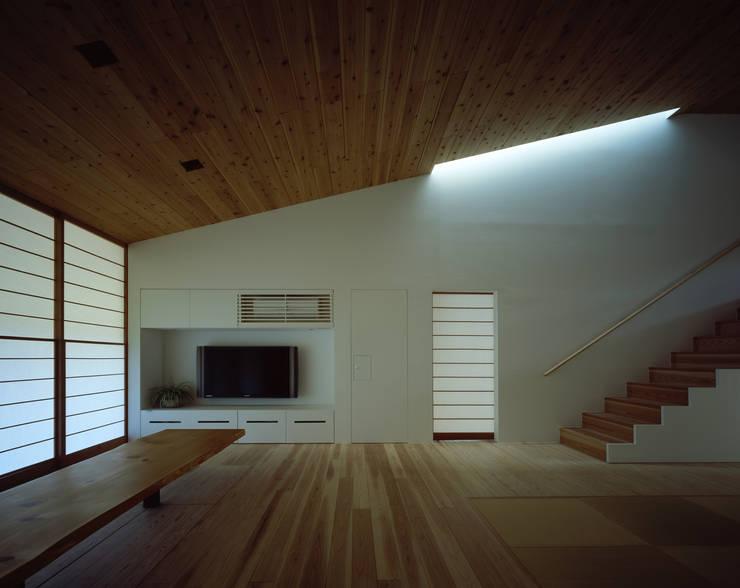 鋸南の家: 石井秀樹建築設計事務所が手掛けたリビングです。,モダン