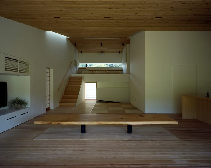 鋸南の家: 石井秀樹建築設計事務所が手掛けたリビングです。