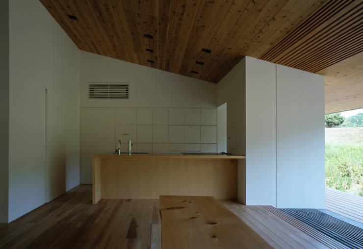 鋸南の家: 石井秀樹建築設計事務所が手掛けたキッチンです。