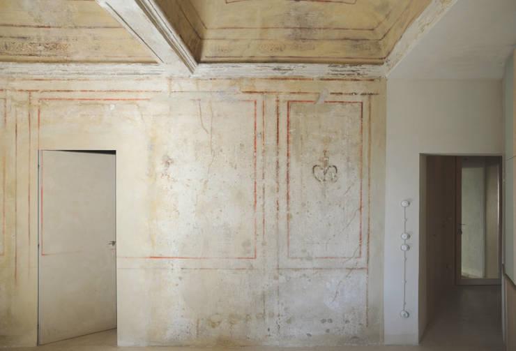 Restauro di un piccolo appartamento di origine conventuale:  in stile  di Zoli Gian Luca, Eclettico