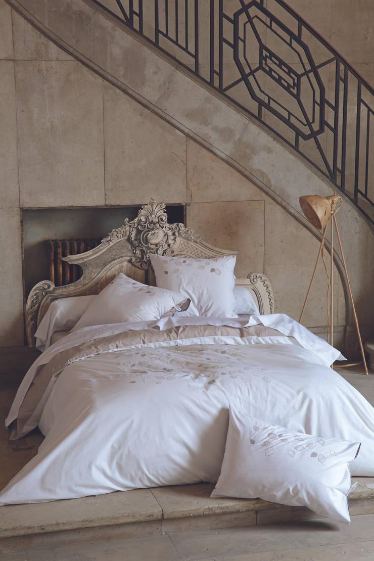 Parure de lit Margaux: Chambre de style  par sylviethiriez