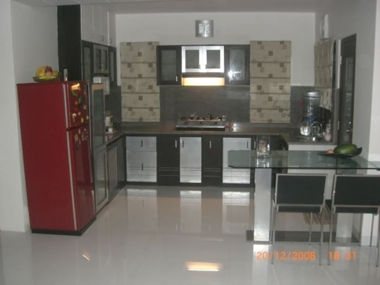 STUDIO APARTMENT: modern Kitchen by SUSOBHITA