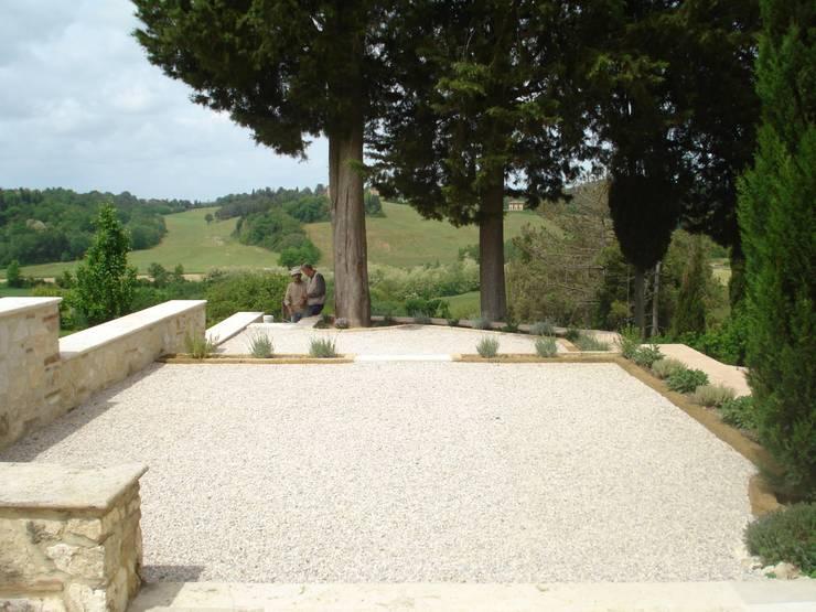 GIARDINO N: Giardino in stile  di Ilaria Panchetti Architetto