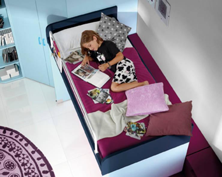 lits mezzanine sur roulettes avec compact roller et bureau: Chambre d'enfants de style  par Arasanz S.A