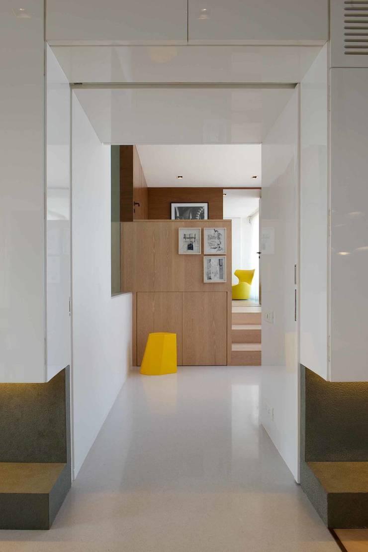 Apartment on Malabar hill-1:   by Rajiv Saini & Associates