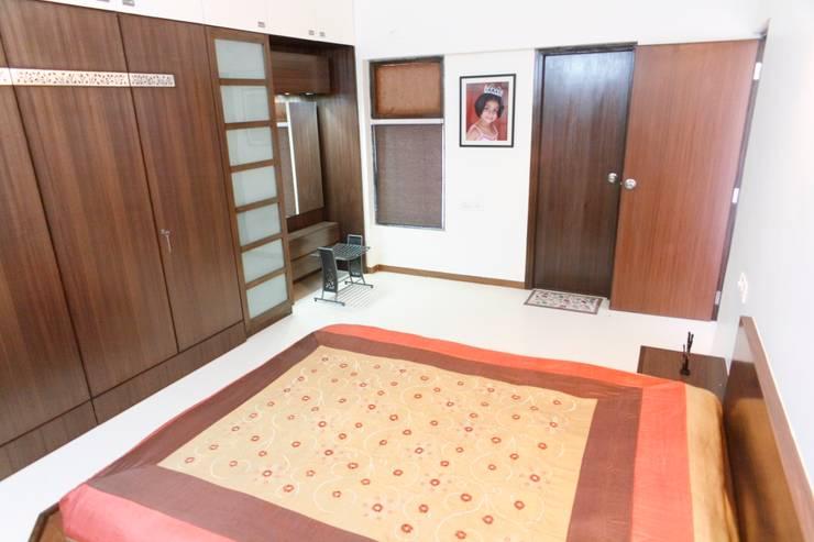 Apartment of Ashish Dalal : modern Houses by Pandya & Co.