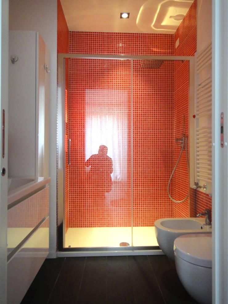 Bagno rosso :  in stile  di studionove architettura, Moderno