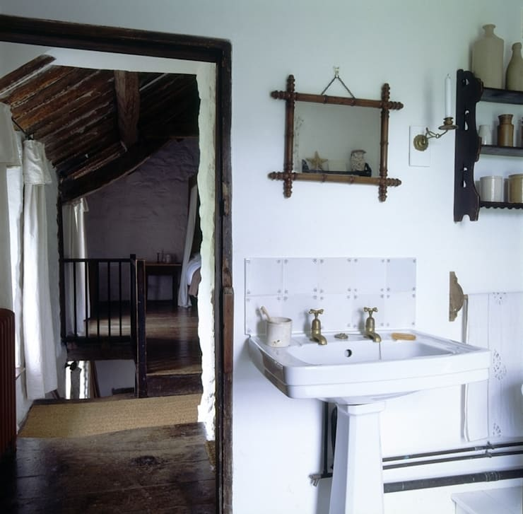 Welsh Farmhouse:  Bathroom by Hackett Holland