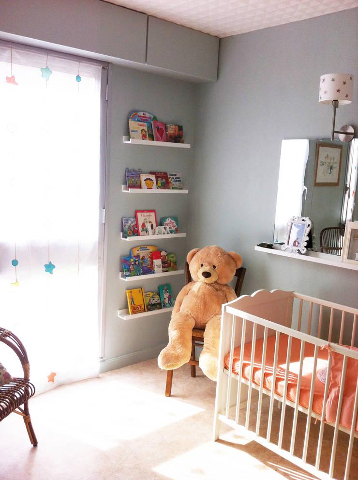 Vue côté fenêtre: Chambre d'enfant de style  par Judith Wolff Architecte d'intérieur