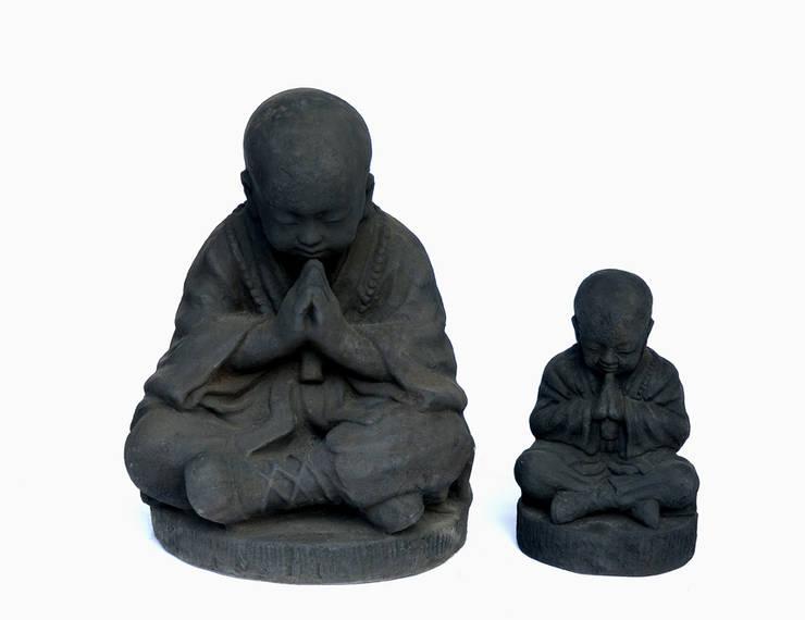 statue enfant moine: Maison de style  par PM Co. Style