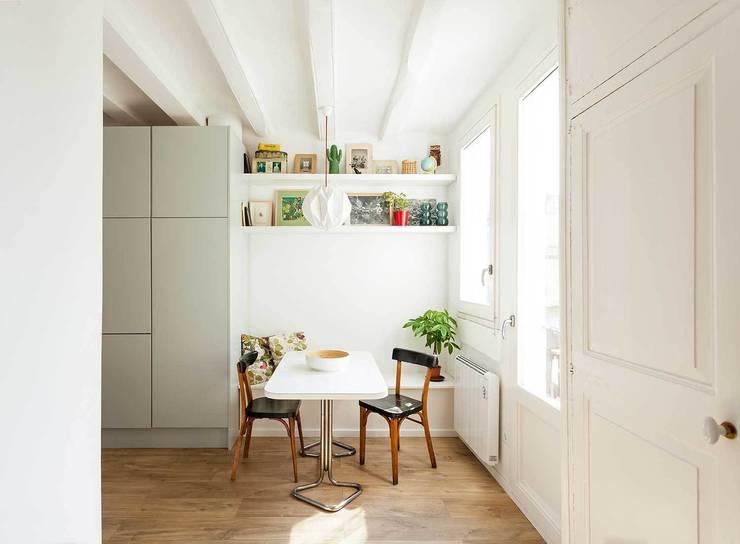 Comedor: Casas de estilo moderno de ACABADOMATE