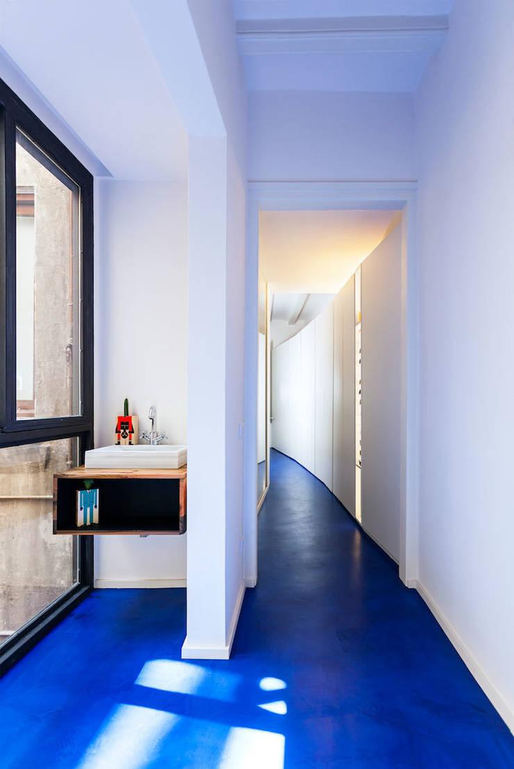 Baño cortesía , pasillo: Casas de estilo  de ACABADOMATE