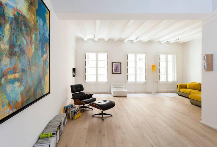 Salón: Casas de estilo moderno de ACABADOMATE