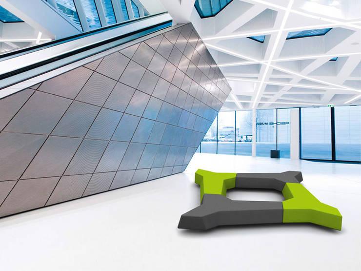 Edge, banco: Vestíbulos, pasillos y escaleras de estilo  de BELTÁ & FRAJUMAR