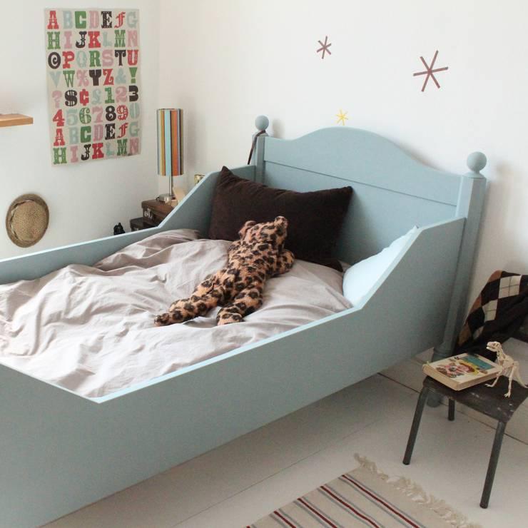 """Antikes Bett """"Eucalyptus"""",  Vintage Kindermöbel von anders&artig:  Kinderzimmer von anders & artig"""