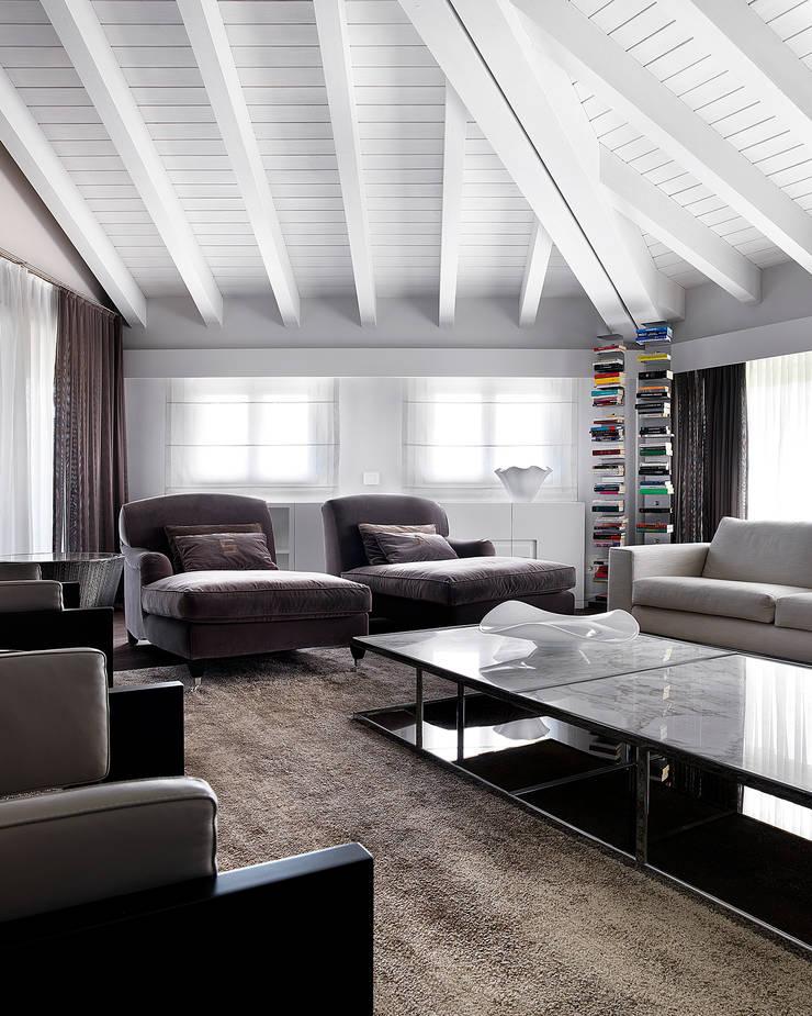 Soggiorno: Soggiorno in stile  di Studio d'Architettura MIRKO VARISCHI, Moderno